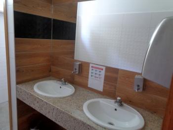 Umywalki w toalecie