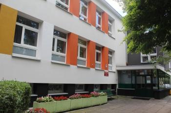 Budynek LXXXI LO od strony wejścia