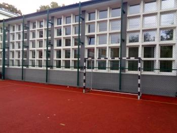 Boisko szkolne - widok na salę gimnastyczną
