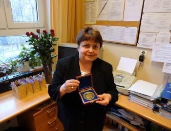 20 lat Fredry - sekretarz szkoły pani Janina Marcinkiewicz z okolicznościowym medalem
