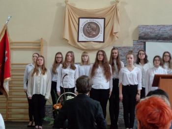 25 lat Fredry - hymn w wykonaniu scholii