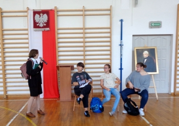 Dekalog Pierwszoklasisty prezentują aktorzy z II A i II C